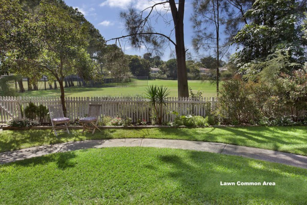 Well kept garden (communal) which flows directly onto local playing fields, and further onto adjacent golf courses.  The street is very quiet and peaceful and a few minutes walk from Rose Bay harbour line and local cafes.