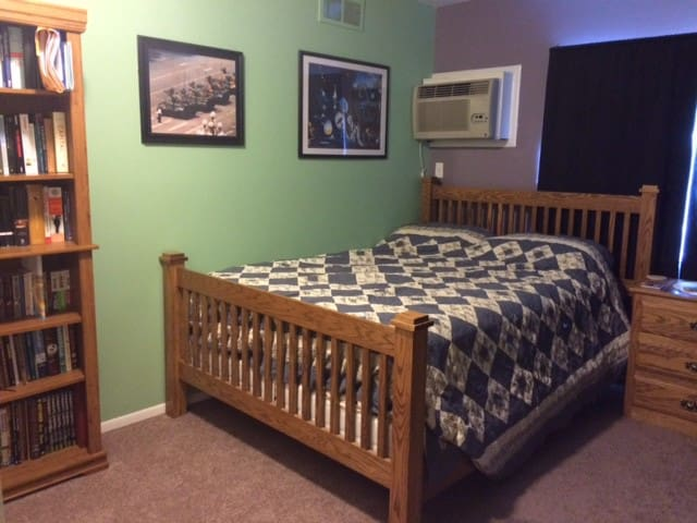 Bibliophile's Dream--Comfy Room Near North Campus - Ann Arbor - Apartment