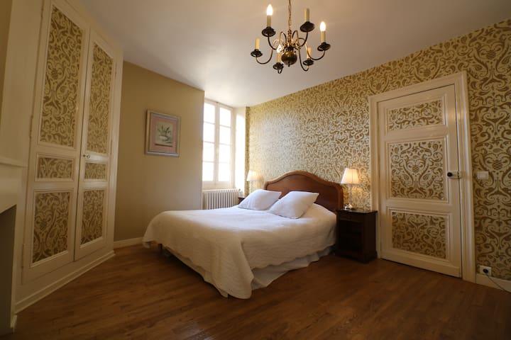 la première chambre double à l'étage / the first double bedroom at first floor