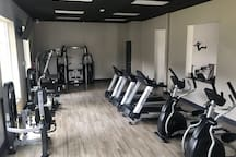 Room /near  airport/pool/gym