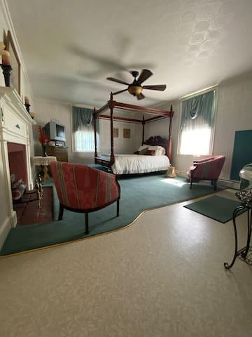 Ennis Suite (Bedroom 2)