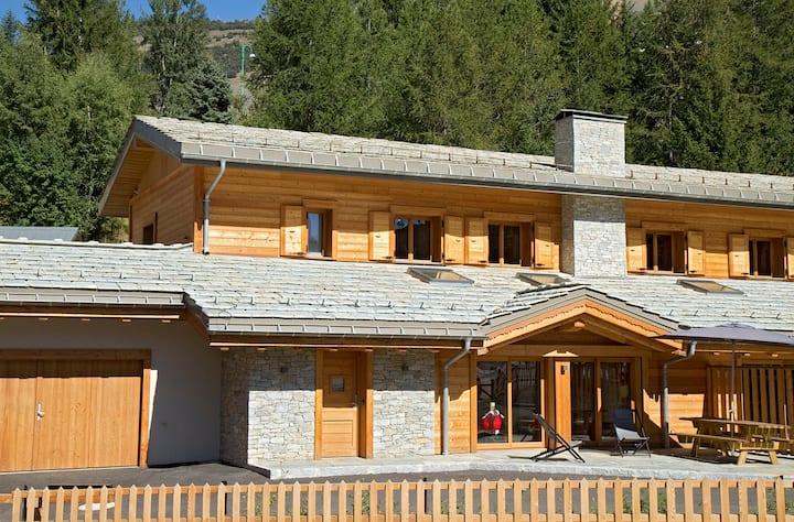 Chalet neuf au centre, 6 chambres, piscine/sauna