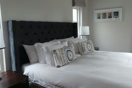 Luxurious bedsit, fully serviced - Cape Town