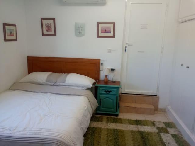 Dormitorio 1 con puerta a balcón - cama doble - reproductor de cd de dvd - aire acondicionado frío y calor------------------Bedroom 1 with door onto balcony - double bed - dvd cd player - air con hot and cold