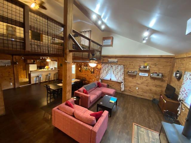 Beautiful 2 BR barn house loft on  hilltop