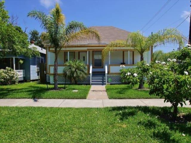 A Coastal Cottage Home - Galveston - Ev