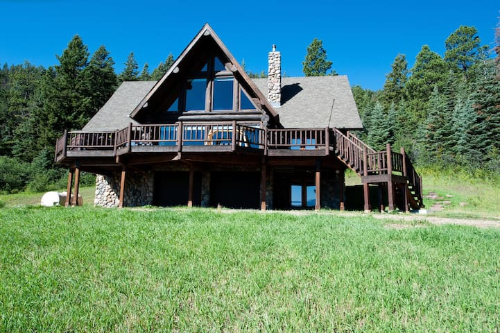 Awesome Cabin on 37 Acres -Amazing Views - hot tub