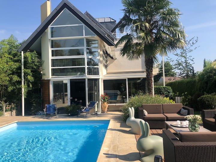Villa avec piscine chauffée à 17 km de Paris