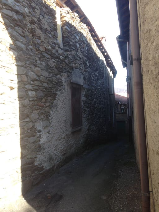 La via del centro storico per raggiungere l'appartamento.