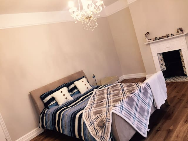 Large double bedroom in great spot by town gardens - Swindon - Dům