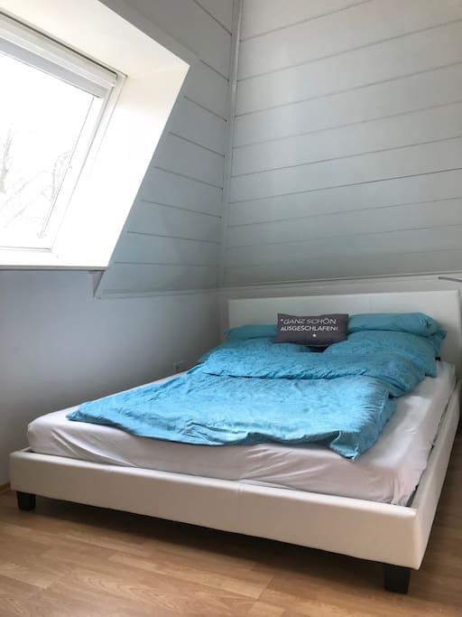 Schlafzimmer 140 x 200 Meter Bett mit Dachfenster und Blick in die Sterne