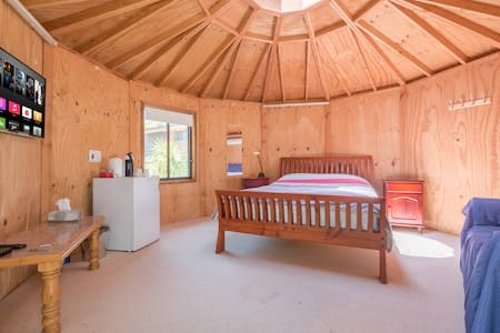 Private Yurt with a new Q Bed, Apple TV & A.C - Lambton