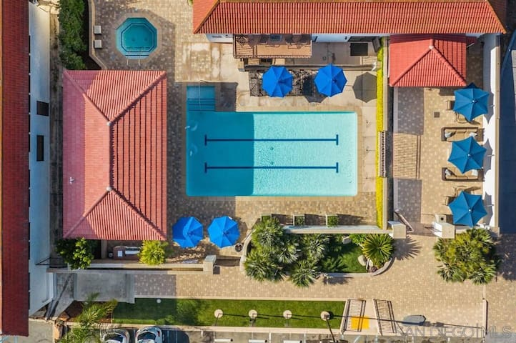 Beautiful Remodeled  condo with Tennis, Pool, Spa