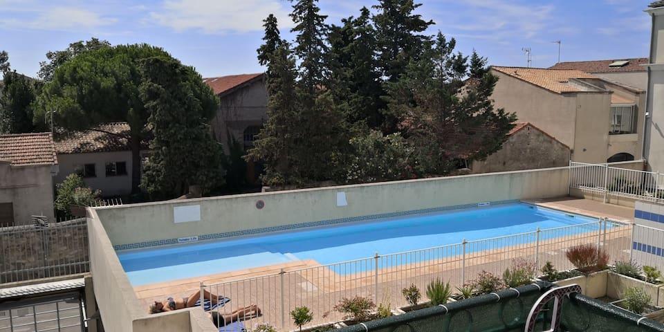 T2  climatisé, piscine, Parking, deux km de la mer