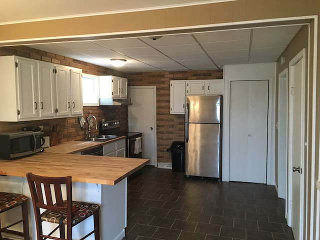 Updated Home near Downtown - Ely - บ้าน