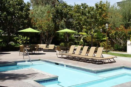 Sunshine Apartment By the Pool in Mountain View - Mountain View