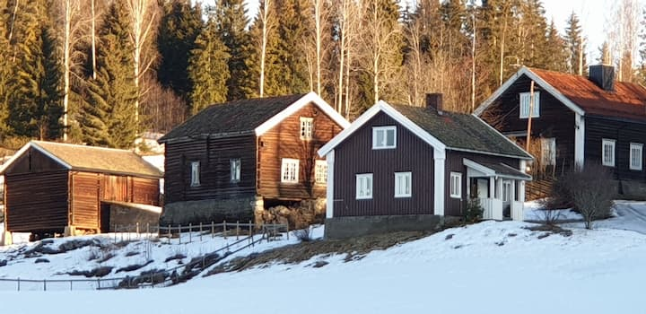 En gammel gård fra 1600 tallet med tømmerhus.