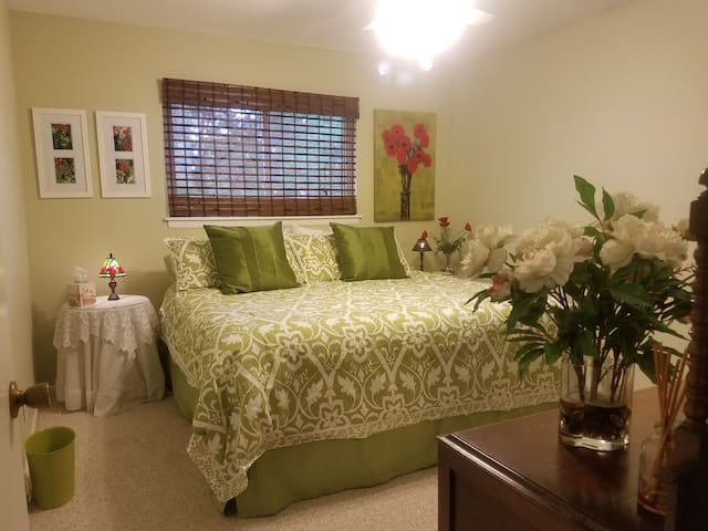 Private bed room #2 close to Airport & downtown.
