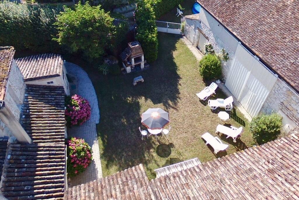 Espace détente avec barbecue utilisable. piscine gonflable de diamètre 5 m et 80 cm de haut