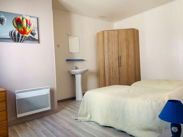 Chambre avec lavabo et toilettes