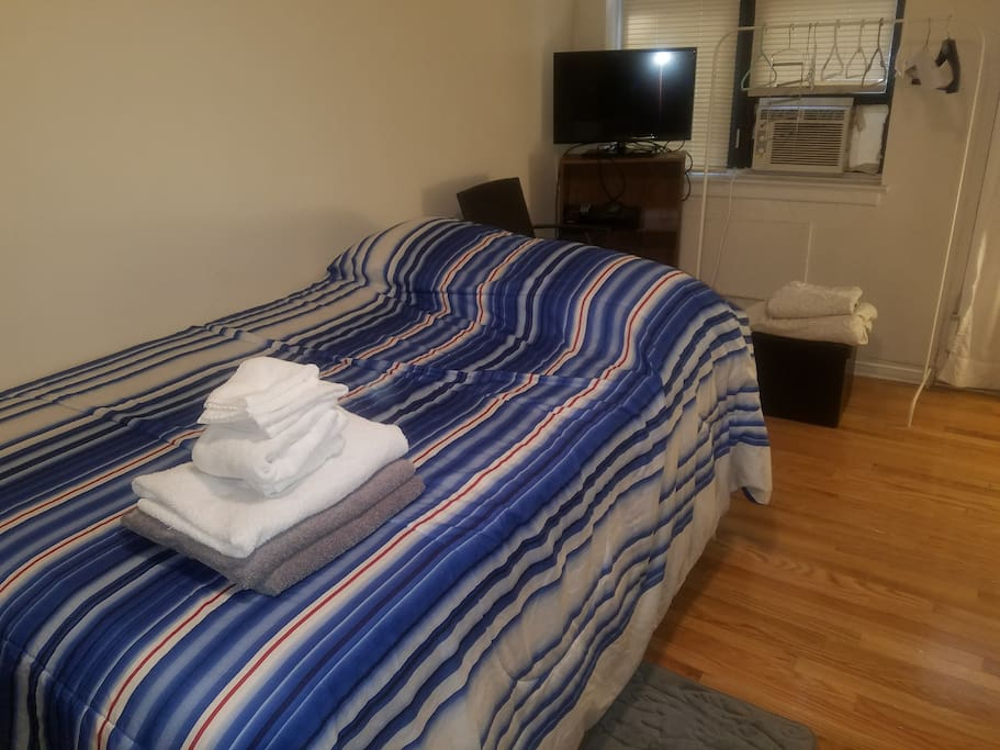 Flatscreen cable TV, WiFi, electric, water, heat and gas are included in the rent.