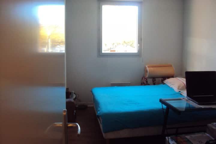 jolie chambre très ensoleillée - ordinateur/Wifi