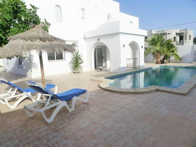 Villa meublée avec piscine privée  HT Souk Djerba