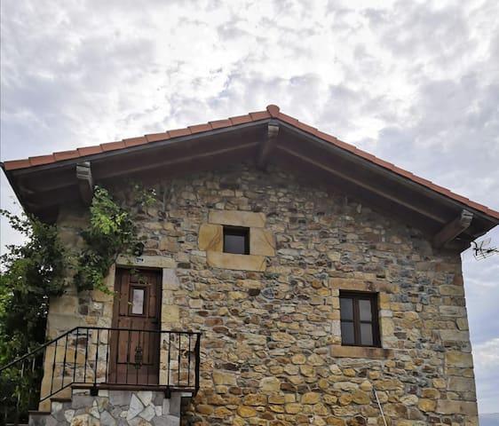 Pequeña casa adosada, en plena naturaleza
