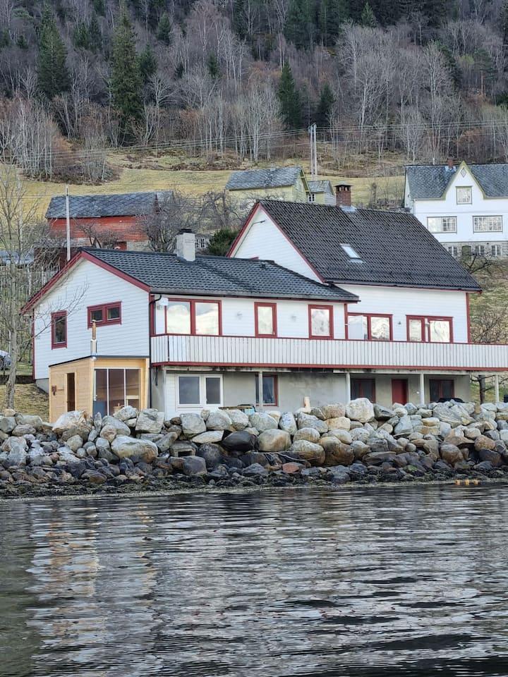 Flott leilighet ved sjøen,  sauna til leie.