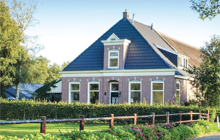 Former farm house with 4 bedrooms on 280 m² in Wapserveen