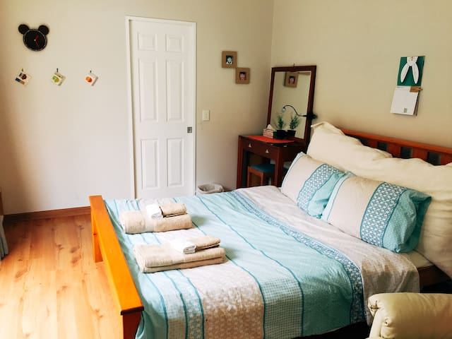 Sunny room with an en-suite, near Trust Arena!