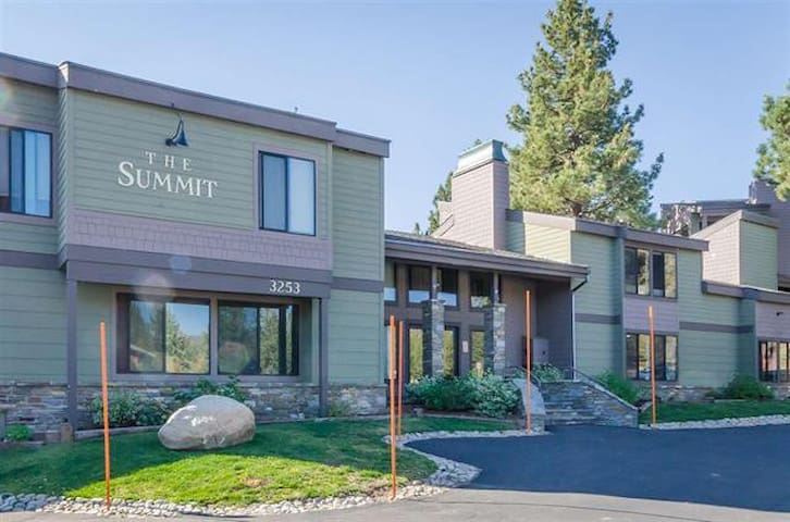 Ski In&Out condo w/ 2 Masters & Loft @ the Summit