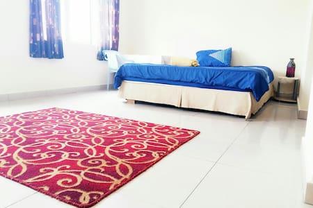 Master Room,King Bed,AC,WIFI,Cheap - Seri Kembangan