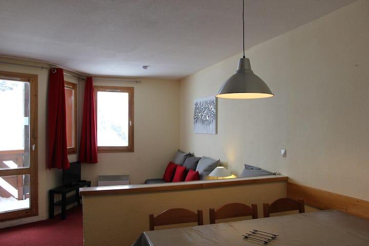 appartement avec une chambre et une cabine, skis aux pieds