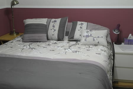 Private Bedroom, Comfy Queen bed. Close to Highway