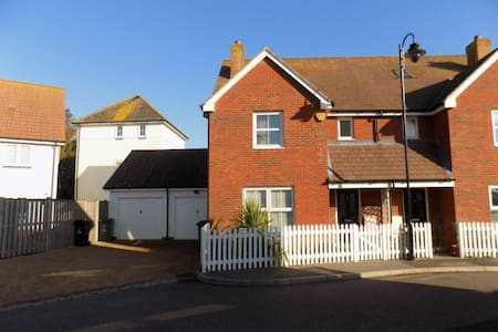 Superb three bedroom home by the beach - Camber - Casa