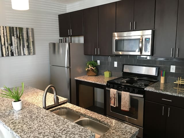 2BR apartment near downtown w/parking