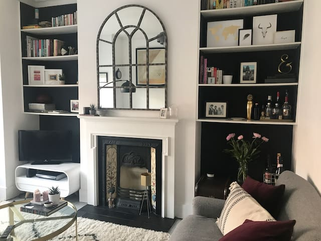 Large double room & bathroom in cosy London flat
