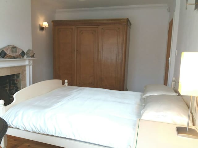Spacious Double bedroom in shared house