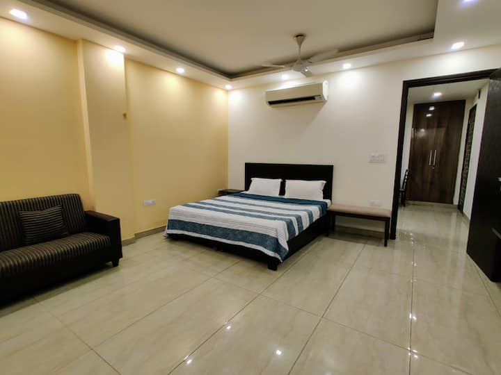 ★Sanitized★ Private 1BHK ♛w/ WiFi, Lift & King bed