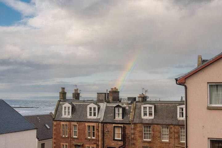 Bright 2 bed apartment North Berwick High Street