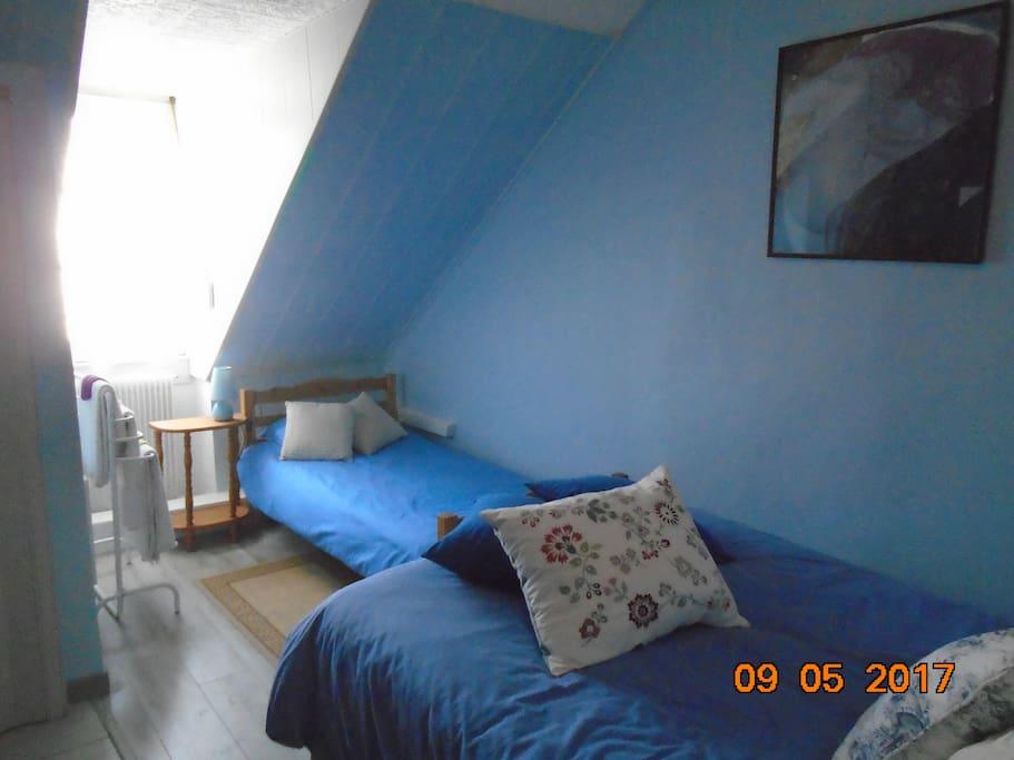Une chambre double pour 2 - 3 personnes.  La prix est 60€ - 75€ par nuit
