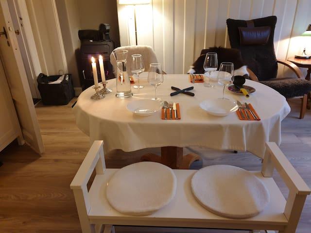 Bordet, som har mulighet for to ekstraplater til, brukes også som konferansebord.