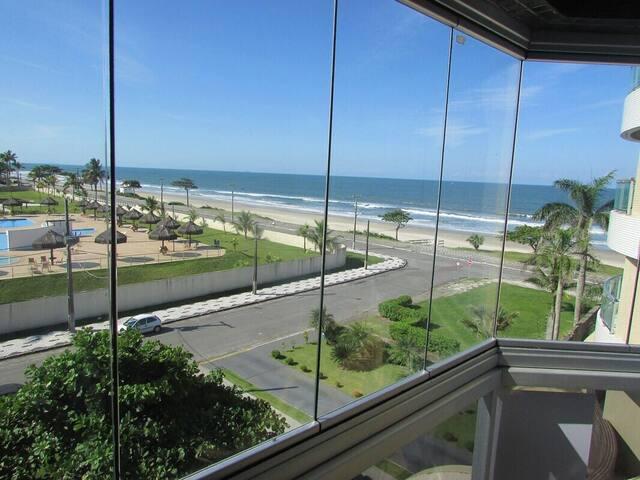 Apartamento em Caiobá com ótima vista para o mar.