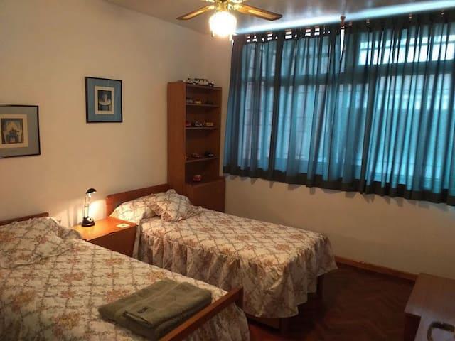 Dormitorio secundario, con una cama de una plaza, y una litera, ventilador de techo, placar con cajonera.