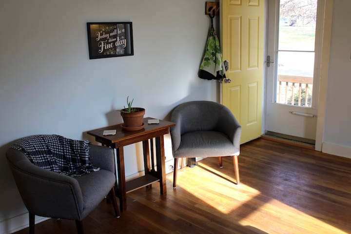 The Lucky Oak: A Cozy, 2-bedroom Coralville Home