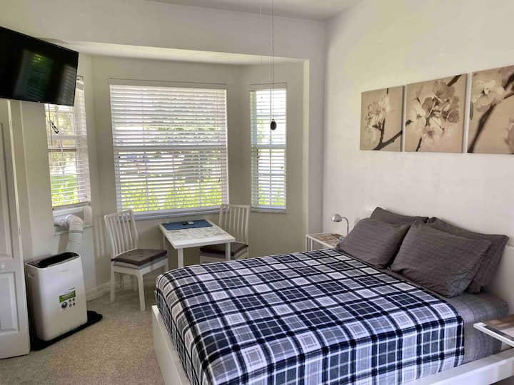 Private entrance & 1 bedroom in great location.