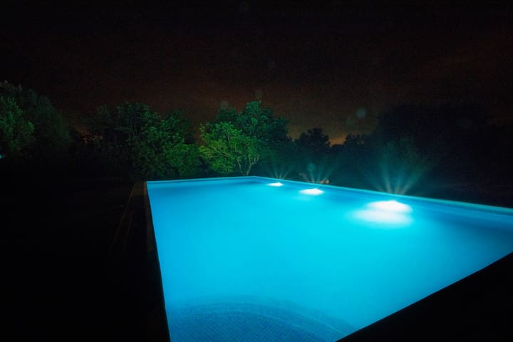 Pool at night | Piscina de noche