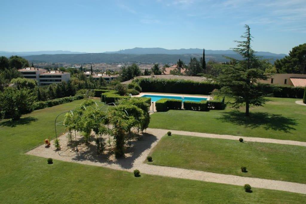 Vue de la seconde terrasse, sur Parc et piscine et sur la ville