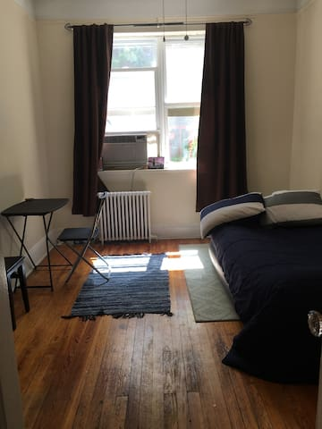 Cozy room, great view of NYC & close to the city!